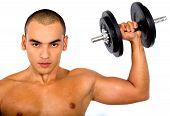 muskuläre Mann Aufhebung Gewichte