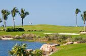 Cenas de resort de golfe de jogadores e furos