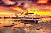 Постер, плакат: Традиционные филиппинские лодка Бангка на время заката