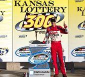 KANSAS CITY, KS - 02 de outubro: Joey Logano detém fora um campo duro carga para ganhar o Kansas Lottery 300