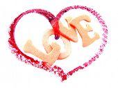 Corazón con la palabra amor aislados en fondo blanco, sobreexpuesta