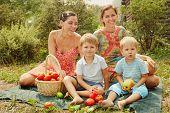 Mujeres con niños en un picnic