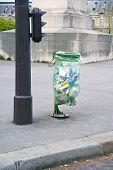 Os sacos de lixo parisiense de polietileno transparente verde