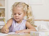 ein junges Mädchen ist in ein Notizbuch schreiben. Sie sucht von der Kamera entfernt. horizontal gerahmt sh