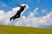 Homem saltar sobre Prado nas montanhas