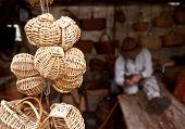 artesanos tejen cestas