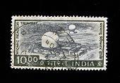 Índia - por volta da década de 1970: Um selo imprimido na Índia mostra nuclear reactor, por volta da década de 1970