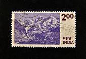 Índia - por volta da década de 1970: Um selo imprimido na Índia mostra montanhas, por volta da década de 1970