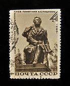 URSS - por volta de 1963: Um selo impresso no monumento mostra USSR ao poeta grande russo Alexander P