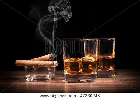 Постер, плакат: Напитки виски и сигары на деревянный стол, холст на подрамнике