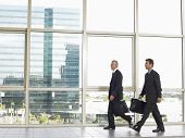 Voller Länge von Geschäftsleuten mit Aktentaschen Wandern im Bürogebäude