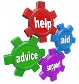 Quatro engrenagens girando juntamente com as palavras de ajuda, ajuda, aconselhamento e apoio para ilustrar o estudante