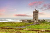 Doonagore Castillo en sunset, Co Clare, Irlanda