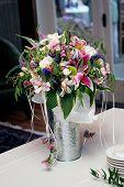 Ramo de flores en un Jarrón de plateado