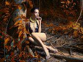 Lady glamourosa em uma Floresta Tropical
