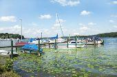 Mehrere Kleine Segelboote An Der Anlegestelle