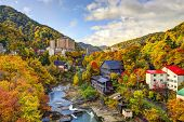 Hot Springs resort Stadt Jozankei, Japan im Herbst.