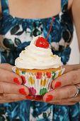 Ofreciendo un Cupcake