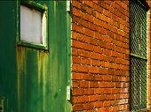 Backsteinbau mit grünen Tür