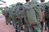 Soldados com uniforme dentro os acampamentos do exército