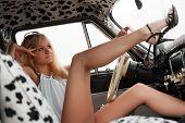 Постер, плакат: Молодая блондинка расслабляющий на ретро автомобиле
