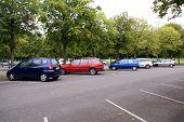 Aparcamiento en la zona de estacionamiento/Parking/aparcamiento de coches.