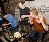 Rogue estado DJ e do MC desempenho no Festival de respeito de Exeter