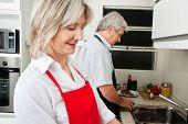 Happy senior Couple arbeiten zusammen in der Küche