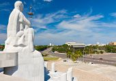 Estatua de José Martí, el héroe nacional cubano, con vistas a la Plaza de la revolución en la Habana