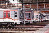 Prag, Tschechische Republik - SEPTEMBER 17: Modernisierte u-Bahn Züge 81-71M im Depot Hostivař auf offene Doo