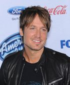 LOS ANGELES - FEB 20:  Keith Urban arrives to the American Idol Top 13 Finalists  on February 20, 20