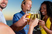 Personen (zwei Paare) am Strand mit eine Party, trinken und eine Menge Spaß im Sonnenuntergang, th