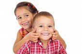 Dos graciosos niños sonrientes