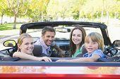 Famílias em carro conversível sorrindo