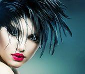 Retrato de menina de arte de moda. Modelo do estilo punk. Vamp estilo. Glamour mulher de vampiro