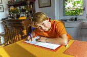 Junge bereitet seine Hausaufgaben für die Schule