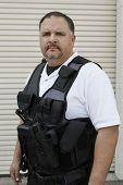 Retrato de um guarda de segurança, vestindo jaqueta à prova de balas