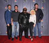 LOS ANGELES - NOV 07:  CARSON DALY, ADAM LEVINE, CEE LO GREEN, CHRISTINA AGUILERA & BLAKE SHELTON ar