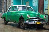 Havanna-Februar 15:Rusty alte Plymouth unter dem Regen Februar 15,2013 in Havana.Thousands von diesen o