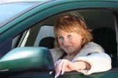 Mujer de edad en coche