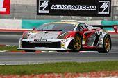 SEPANG, Malásia - 18 de junho: O Lamborghini Gallardo #87 carro de JLOC coloca em algumas voltas de prática em t