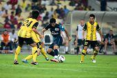 BUKIT JALIL - 13 de julho: Carlos Vela do Arsenal (azul) leva os defensores da Malásia em 13 de julho de 2011 em
