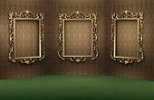 Quadros vazios de ouro na parede interior luxuoso. Apartamento de luxo. Sala de exposições