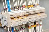 Fuseboxes eléctrico automático y líneas eléctricas, situadas en el interior de un panel de control switch industrial