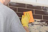 Contratante telhas cerâmicas em uma parede de reboco