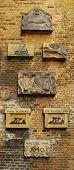 Brasões de armas em um velho muro de tijolo