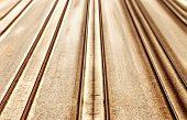 Schnelle Eisenbahn. Eisenbahnschienen und schnelle Bewegungen nach vorne.