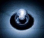 Lámpara brillante en un oscuro. Tinte azul.