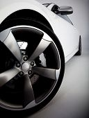 Picture of a white sports car� focusing on the tire