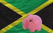 Reich Sparschwein und Nationalflagge Jamaikas